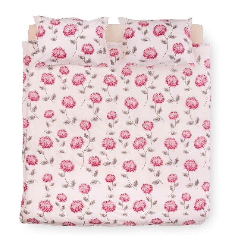 Kvalitetna pamučna posteljina, inspiriše klasičnim dizajnom i cvetnim dezenom. Dostupna u veličinama 140x200/60x80 cm i 200x200/2 x 60x80 cm. Roze boja.