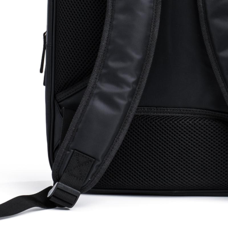 Moderan poslovni ranac pogodan za poslovnu upotrebu. Praktičan, u crnoj boji od vodootpornog materijala. Dimenzija 40 x 28 cm.