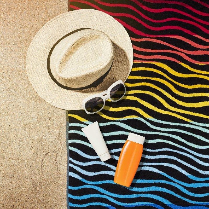 Iskusite luksuznu udobnost i ljetni mir na svakom koraku! Moderan peškir neophodan je na plaži, bazenu ili sauni. Kvalitetan peškir za plažu Svilanit Fun wave odlikuje samo najbolja 100% pamučna, izuzetno glatka i gusta tkanina. Dvostrani peškir osigurava baršunast i mekan dodir. Izuzetna izdržljivost, upijanje i brzo sušenje omogućava dugotrajno korištenje peškira.