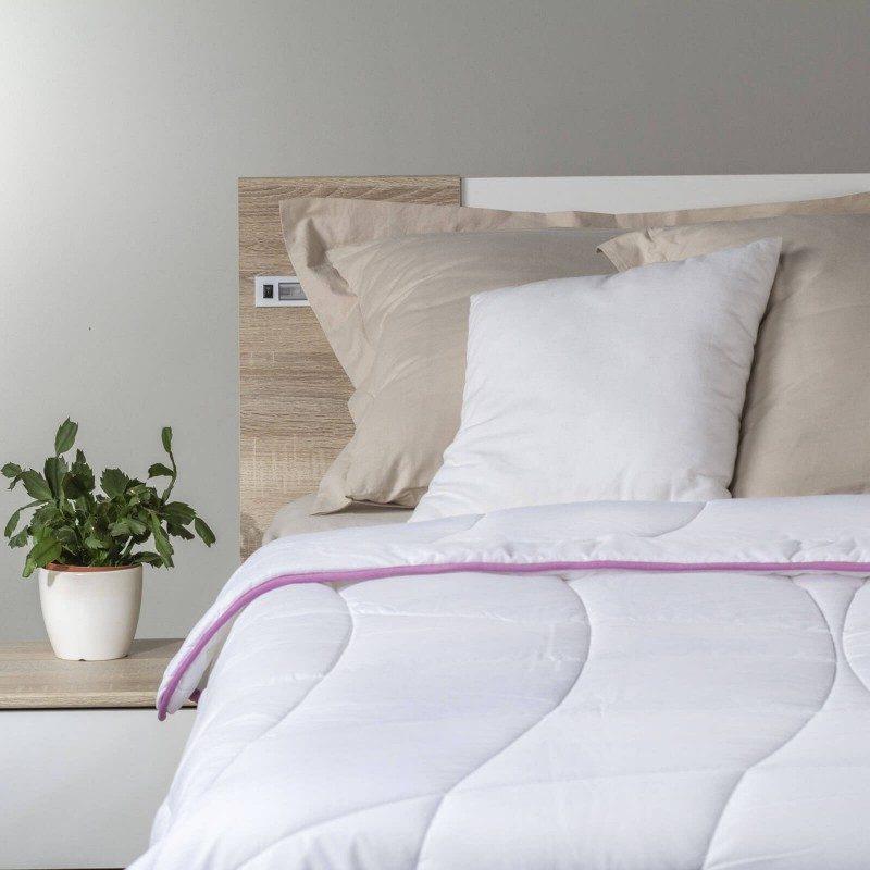 Cjelogodišnji pokrivač Lavender Provence će vas razmaziti udobnošću u svim godišnjim dobima. Kvalitetna mikrovlakna ClimaFill u punjenju pokrivača osiguravaju mekoću i volumen pokrivača, izuzetno je prozračan što omogućava još bolji san u suhom okruženju. Za dodatnu udobnost pobrinut će se nježni miris lavande koja umiruje, ukljanja nervozu i nesanicu. Pokrivač je u potpunosti periv na 60 ° C.