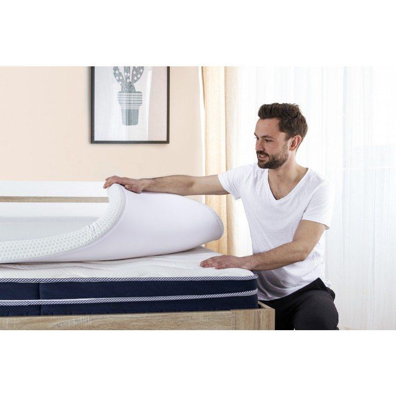 Nadmadrac MemoSilver 5+2 Memory je kombinacija obične i memorijske pjene,  visok 7 cm i daje dodatnu mekoću i udobnost vašem madracu, produžava mu vijek trajanja i osigurava da se ujutro budite odmorni i naspavani.  5 cm visoko ortopedsko jezgro izrađeno od  visokoelastične poliuretanske pjene savršeno se prilagođava tijelu i pruža mu kvalitetan odmor. Za dodatnu udobnost hladno presovanoj pjeni du dodata 2 cm memorijske pjene koja se potpuo prilagođava obliku i težini tijela. Navlaka nadmadraca je obogaćena ionima srebra, skida se i periva je na 60 °C.