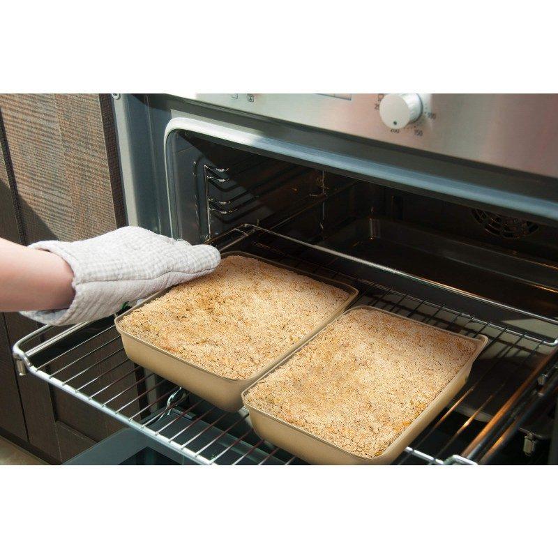 Set 2 pekača Rosmarino Baker Gold je posebnim dizajnom namijenjen pripremi raznih vrsta hrane. Efekat vrućeg kamena omogućava pripremu hrane na prirodan način. U setu 2 pekača dimenzija: 30x20x5 cm i 32x22x5,5 cm.