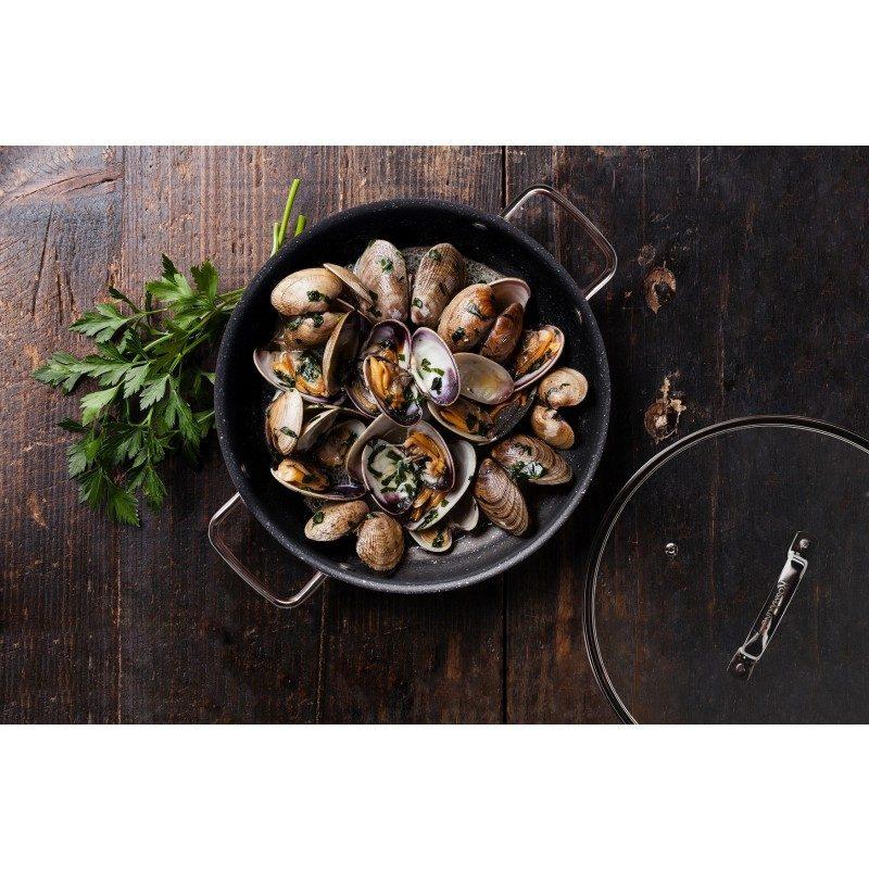 Tava sa dvije ručke Basté prečnika 28 cm sa efektom kuhanja na vrućem kamenu i neljepljivim glatkim mineralnim premazom, pružaju prirodan način kuhanja, sa vrlo malo masnoće. Hrana na taj način zadržava  sve vitamine i minerale koji su našem tijelu potrebni za zdrav način života. Pogodno za sve površine za kuhanje, uključujući indukcionu. Lako se čisti i može se prati i u mašini za pranje posuđa. Sve posude iz linije Basté temelje se na višeslojnom sastavu, čime je zagarantovan dug vijek trajanja i visok stepen otpornosti i izdržljivosti posude.