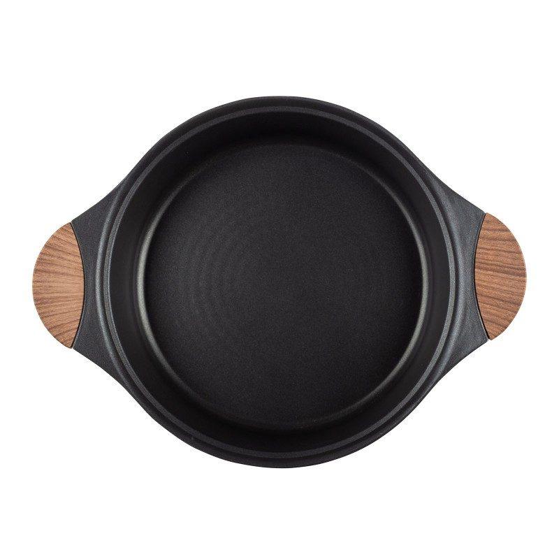 Tava sa dvije ručke Black Line prečnika 28 cm pripada vrhunskom posuđu sa inovativnim i tehnološki naprednim mineralnim premazom razvijenim u Njemačkoj. Neljepljivi mineralni premaz pruža prirodnu metodu pečenja sa malo masnoće. Hrana na taj način zadržava sve vitamine i minerale koji našem tijelu trebaju za zdrav život. Pogodan je za sve ploče za kuhanje, uključujući indukcionu, lako se pere, čak i u mašini za pranje posuđa. Sve Black Line posude bazirane su na višeslojnoj strukturi, čime se obezbeđuje dug vijek trajanja i visok nivo otpornosti i izdržljivosti.
