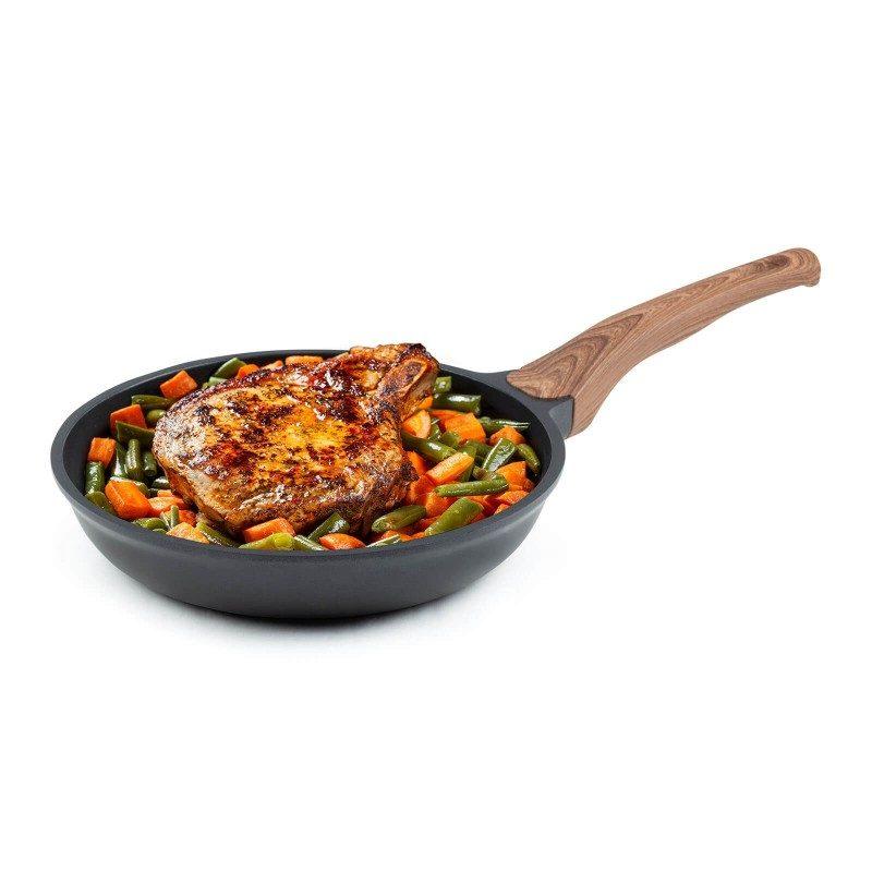 Tava Black Line prečnika 24 cm pripada vrhunskom posuđu sa inovativnim i tehnološki naprednim mineralnim premazom razvijenim u Njemačkoj. Neljepljivi mineralni premaz pruža prirodnu metodu pečenja sa malo masnoće. Hrana na taj način zadržava sve vitamine i minerale koji našem tijelu trebaju za zdrav život. Pogodan je za sve ploče za kuhanje, uključujući indukcionu, lako se pere, čak i u mašini za pranje posuđa. Sve Black Line posude bazirane su na višeslojnoj strukturi, čime se obezbeđuje dug vijek trajanja i visok nivo otpornosti i izdržljivosti.