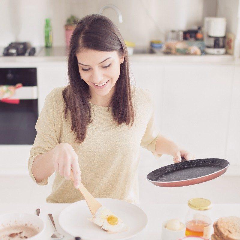 Tava za palačinke Basté prečnika 25 cm sa efektom kuhanja na vrućem kamenu i neljepljivim glatkim mineralnim premazom, pružaju prirodan način kuhanja, sa vrlo malo masnoće. Hrana na taj način zadržava  sve vitamine i minerale koji su našem tijelu potrebni za zdrav način života. Pogodno za sve površine za kuhanje, uključujući indukcionu. Lako se čisti i može se prati i u mašini za pranje posuđa. Sve posude iz linije Basté temelje se na višeslojnom sastavu, čime je zagarantovan dug vijek trajanja i visok stepen otpornosti i izdržljivosti posude.