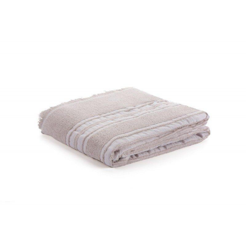 Lagani ljetni pokrivač Santorini je upotrebljiv na više načina. Služi kao prostirka na plaži ili pikniku, kao prekrivač za kauč kojim se lako možete ogrnuti, a odličan je i kao pokrivač u ljetnim noćima. Zbog svoje veličine mogu ga upotrebljavati i dvije osobe. Krase ga dekorativne crte i rese koje oplemenjuju cijeli izgled. U cijelosti je izrađen od 100% pamuka i veoma je izdržljiv i koristit će duže vremena. Periv je na 60 °C.