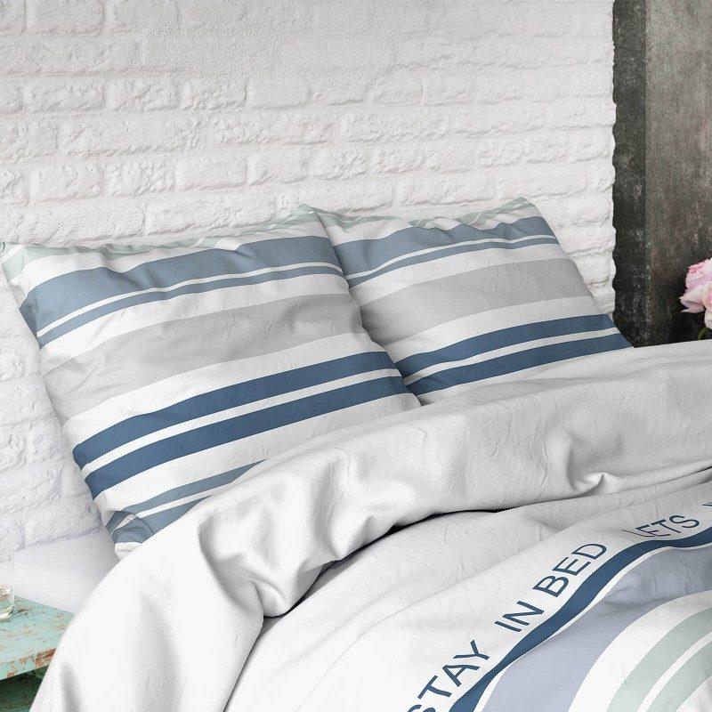 Kvalitetna pamučna posteljina Amber modernog prugastog dizajna. U plavoj boji. Dostupna u dimenzijama 140 x 200/50 x 70 cm, 200 x 200/2 x 50 x 70 cm i 250 x 200/2 x 50 x 70 cm.