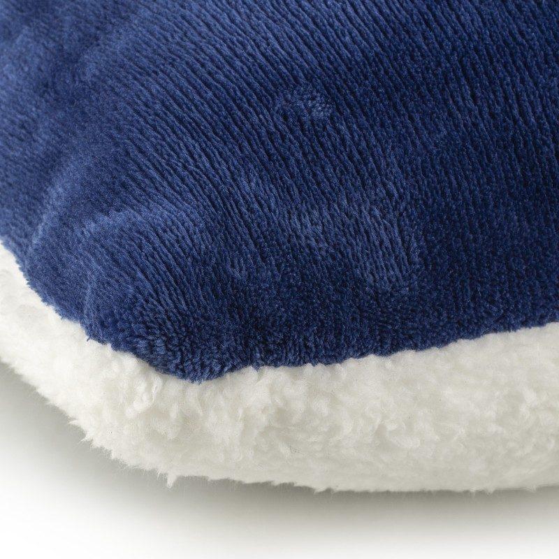 Mekan dekorativan jastuk od kvalitetnih mikrovlakana za ugodne trenutke udobnosti i opuštanja na svakom koraku: u spavaćoj sobi, dnevnoj sobi, na izletu ili na pikniku. Jastuk se može koristiti s obje strane. Na jednoj strani je izuzetno mekana tkanina u bijeloj boji, dok je druga strana uboji. Različite boje jastuka i elegancija za svaki kutak Vašeg doma. Dekorativan jastuk također može biti odličan dar koji će oduševiti Vaše najmilije.