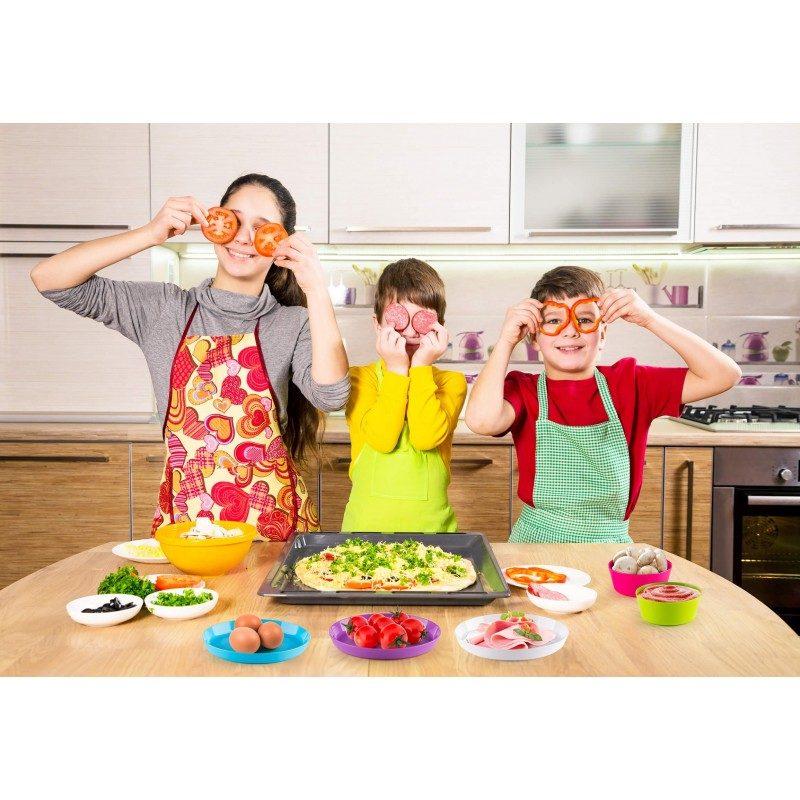 Uhvatite sve dugine boje na dječjem rođendanu, pikniku i druženju na otvorenom! 6-djelni set plastičnih tanjira Rosmarino je modernog dizajna i živopisnih duginih boja, za koje će biti zainteresirani odrasli i djeca. Budući da svaki tanjir ima svoju boju, svako će tačno znati koji je njegov. Tanjiri su namijenjeni za posluživanje pizze, sendviča, mesa, pomfrita i drugih grickalica. Budući da su napravljeni od izdržljive i visokokvalitetne plastike, zabrinutost da će se tanjir razbiti potpuno je suvišna. Idealan komplet za kampovanje, zbog svoje male veličine i praktičnosti tanjiri neće zauzeti puno prostora. Nakon što ih koristite, jednostavno ih možete oprati u mašini za posuđe.