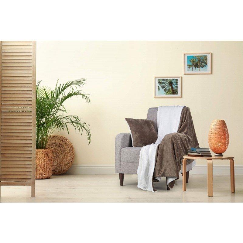 Mekani i topli set dekorativnog prekrivača i jastuka Beatrice Solid od kvalitetnih mikrovlakana za prijatne trenutke udobnosti i opuštanja na svakom koraku: u spavaćoj ili dnevnoj sobi, na putovanju ili na pikniku. Prekrivač i jastuk možete upotrebljavati na obje strane. Na jednoj strani je izuzetno mekana tkanina u bijeloj boji, a na drugoj predivna boja. Set dekorativnog prekrivača i jastuka može poslužiti i kao odličan poklon koji će razveseliti bilo koga vama dragog. Cijeli set je periv na 30 °C