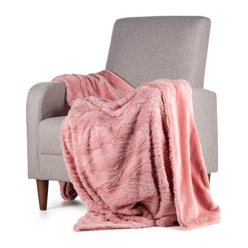 Adventure Deluxe mekani dekorativni prekrivač je izrađen od kvalitetnih mikrovlakana, za ugodne trenutke opuštanja na svakom koraku: u spavaćoj i dnevnoj sobi, na putovanju ili izletu. Prekrivač možete koristiti sa obje strane. Sa jedne strane je izuzetno mekana tkanina sa osjećajem najfinijeg guščjeg paperja, a sa druge strane je glatka tkanina. Dekorativni prekrivač takođe može biti odličan poklon koji će oduševiti vaše najmilije. Može se oprati na 30 °C.