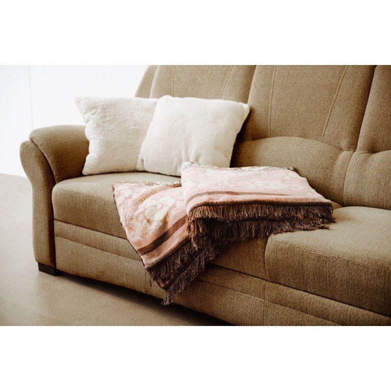 Mekani dekorativni pokrivač impresionira izvezenim uzorkom i reljefnom strukturom. Odlično će nadopuniti vaš prostor, grijati će vas prilikom gledanja televizije ili tokom popodnevnog sna. Dostupni su različiti uzorci i boje.