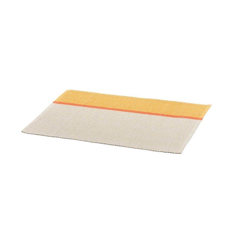 Rebrasti podmetač za tanjire od pamuka, divna je dekoracija za vašu trpezariju. Dimenzija je 33 x 45 cm. Narandžasta boja.