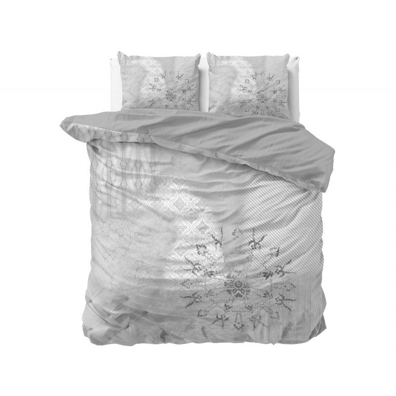 Kvalitetna pamučna posteljina Harmony modernog dizajna s uzorkom. U sivoj boji. Dostupna u dimenzijama 140 x 200/50 x 70 cm i 200 x 200/2 x 50 x 70 cm.