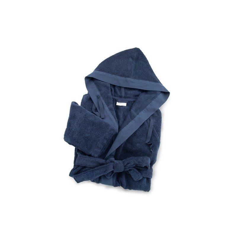 Bade mantil od frotira sa kapuljačom. Sa džepovima, pojasom za vezivanje i dekorativnim detaljima: traka oko kapuljače i džepova. Za muškarce i za žene. Plava boja. Veličine: S, M, L i XL