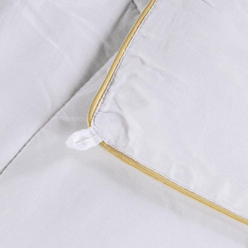 Predstavljamo Vam najprestižniju liniju cjelogodišnjh jorgana Victoria's Silk koji osvajaju svojim prefinjenim izgledom i luksuznom udobnošću. Izuzetnu prilagodljivost svilenih niti karakterišu najbolja mehanička svojstva od svih prirodnih materijala. Što se tiče izbora za kupca, svila zasluženo stoji na prvom mestu po kvalitetu. Dimenzije: 140x200 i 200x200 cm.