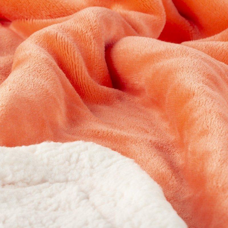 Mekani dekorativni prekrivač od visokokvalitetnog mikrofibera, za prijatne trenutke udobnosti i opuštanja na svakom koraku: u spavaćoj sobi, dnevnoj sobi, na putovanju ili na izletu. Može se koristiti sa dva lica: jedna strana izuzetno mekana tkanina u bijeloj boji, dok je druga strana u koralnoj boji. Različite boje prekrivača za svaki kutak vašeg doma. Može biti i odličan poklon koji će oduševiti vaše najmilije.