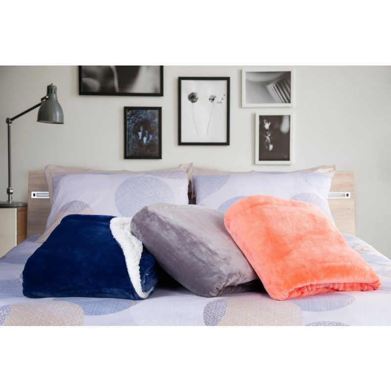Mekani dekorativni prekrivač od visokokvalitetnog mikrofibera, za prijatne trenutke udobnosti i opuštanja na svakom koraku: u spavaćoj sobi, dnevnoj sobi, na putovanju ili na izletu. Može se koristiti sa dva lica: jedna strana izuzetno mekana tkanina u bijeloj boji, dok je druga strana u plavoj boji. Različite boje prekrivača za svaki kutak vašeg doma. Može biti i odličan poklon koji će oduševiti vaše najmilije.