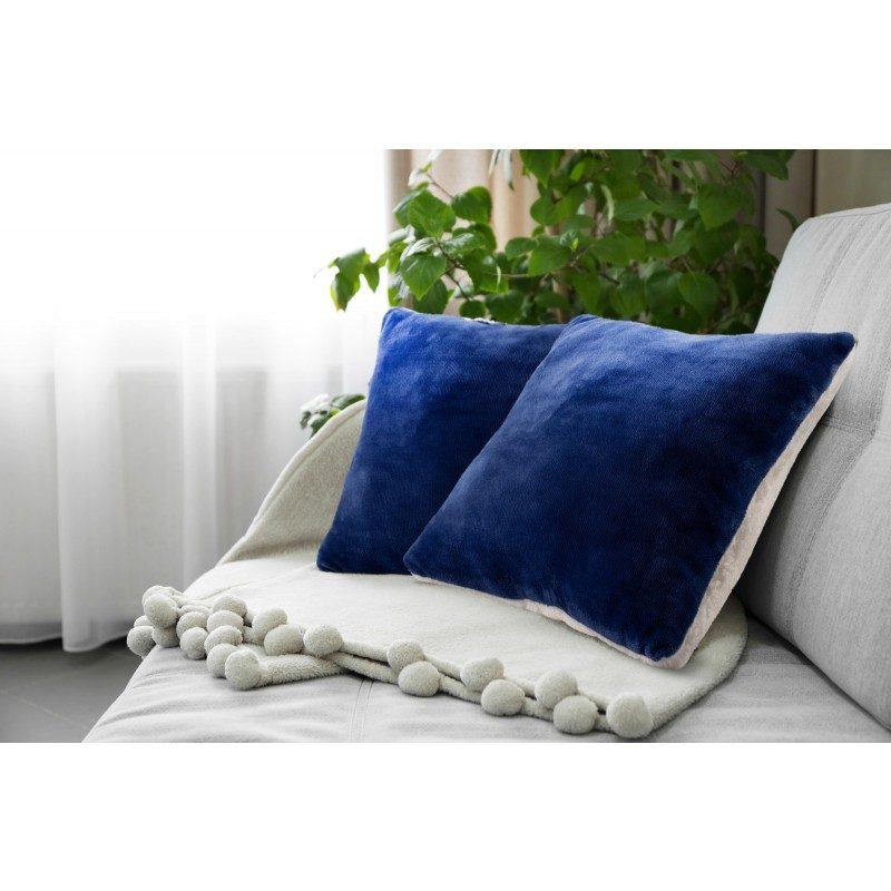 Mekani dekorativni jastuk od visokokvalitetnog mikrofibera, za prijatne trenutke udobnosti i opuštanja na svakom koraku: u spavaćoj sobi, dnevnoj sobi, na putovanju ili na izletu. Može se koristiti sa dva lica: jedna strana izuzetno mekana tkanina u bijeloj boji, dok je druga strana u plavoj boji. Različite boje jastuka za svaki kutak vašeg doma. Može biti i odličan poklon koji će oduševiti vaše najmilije.