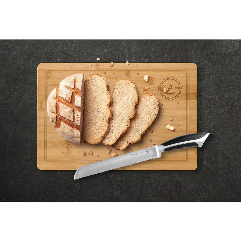Savršeni kuhinjski nož Rosmarino Blacksmith za kuvare ili početnike! Svojim oblikom i oštrim nazubljenim sječivom, nož je idealan za sječenje hljeba. Sječivo je napravljeno od nerđajućeg čelika njemačkog kvaliteta, a izdržljiva ručka izrađena je od visokokvalitetne ABS plastike, koja omogućava maksimalna opterećenja. Profesionalna oštrina biće od velike pomoći da se kriške hljeba tačno i ravnomjerno sjeku. Prednost noža je dvostrana oštrica, naoštrena pod uglom od 15°, za dugotrajnu oštrinu i izdržljivost. Oštrica je posebno otporna na koroziju, rđu i mrlje zbog specijalnog brušenja.