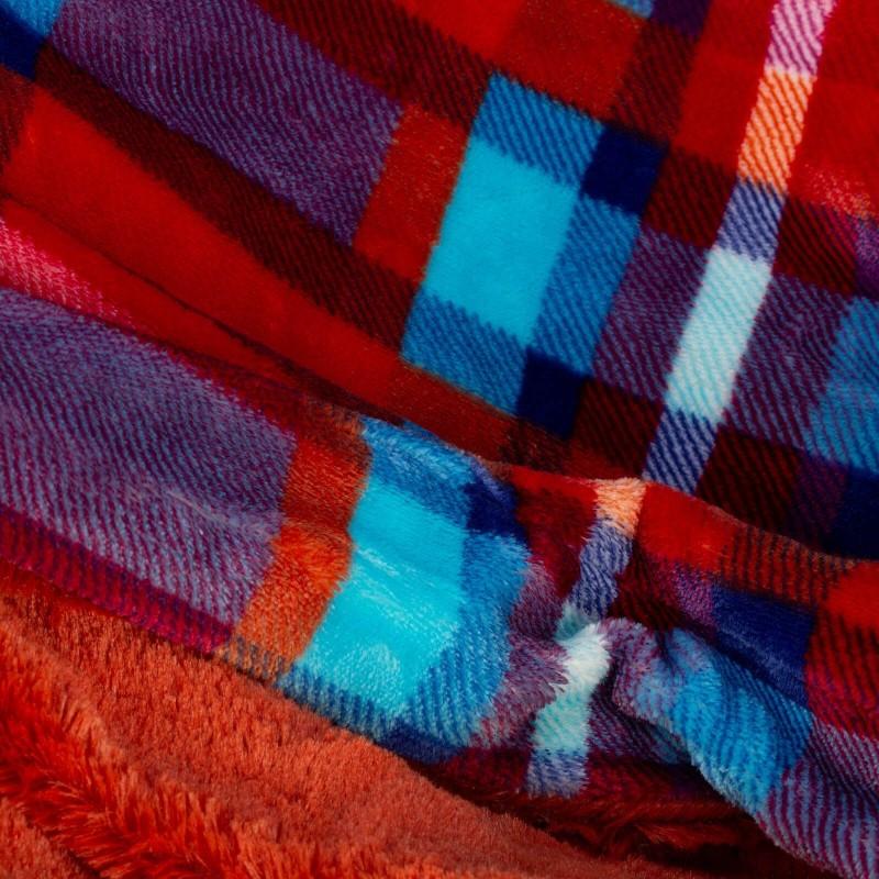 Mekani dekorativni prekrivač od visokokvalitetnog mikrofibera, za prijatne trenutke udobnosti i opuštanja na svakom koraku: u spavaćoj sobi, dnevnoj sobi, na putovanju ili na izletu. Može se koristiti na dva lica: jedna strana izuzetno mekana tkanina u crvenoj boji, dok je druga strana u karo dezenu. Različite boje prekrivača i dezena za svaki kutak vašeg doma. Može biti i odličan poklon koji će oduševiti vaše najmilije. Periv na 30 °C.