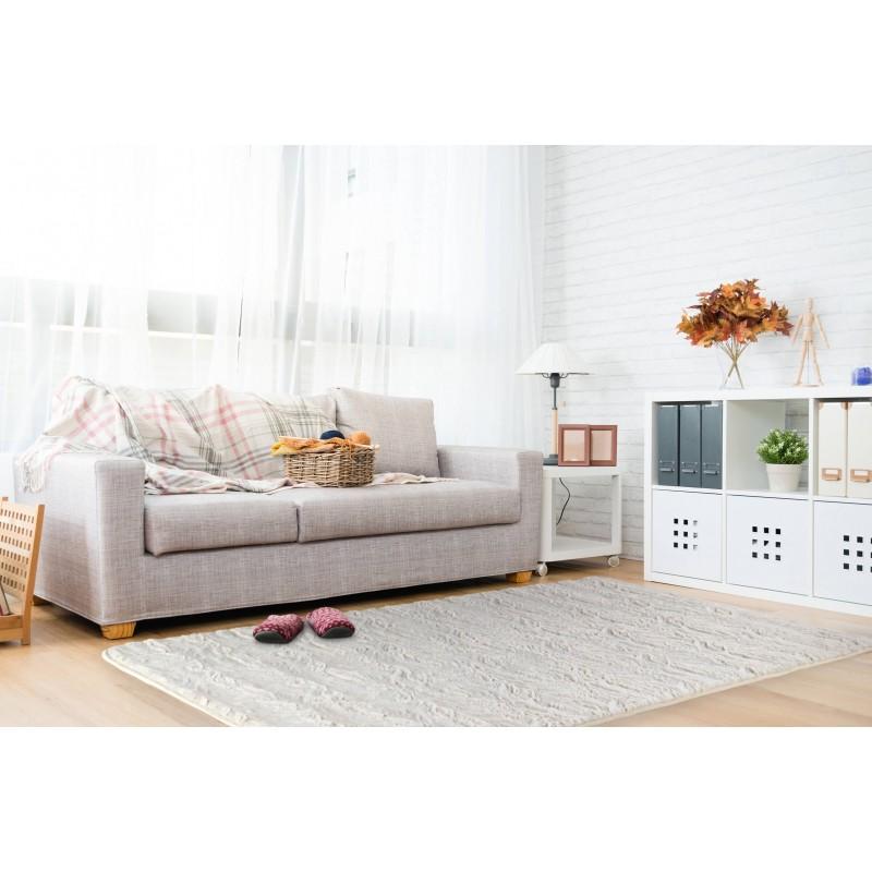 Izaberite prijatnost i toplinu klasičnog tepiha! Manji tepih ne samo da će Vam uljepšati prostor, već će i podloga za stopala biti ugodnija. Mekani tepih izrađen od izdržljivog i visokokvalitetnog mikrofibera idealan je za dnevne i spavaće sobe. Izuzetno gusto tkanje tepiha i meka pjena u punjenju pružaju još veći komfor. Savršen dizajn jednobojnog tepiha pružiće svježinu Vašem prostoru i uljepšaće ga na jednostavan način. Neklizajuća podloga na donjoj strani pružiće čvrstinu i stabilnost jer se tepih neće pomjerati po površini. Tepih je periv na 30 °C.
