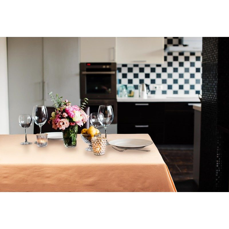 Kvalitetan stolnjak od 100 % pamuka savršeno štiti vaš sto od mrlja, a istovremeno je prekrasan ukras vaše kuhinje i stola. Moderan dizajn stolnjaka učiniće sto još bogatijim i ljepšim, a sigurno će oduševiti i vaše goste. Namijenjen je svakodnevnoj upotrebi i u raznim prilikama. Jednostavno održavanje omogućuje vam da lako uklonite mrlje od hrane ili pića. Stolnjak je periv na 40 °C.