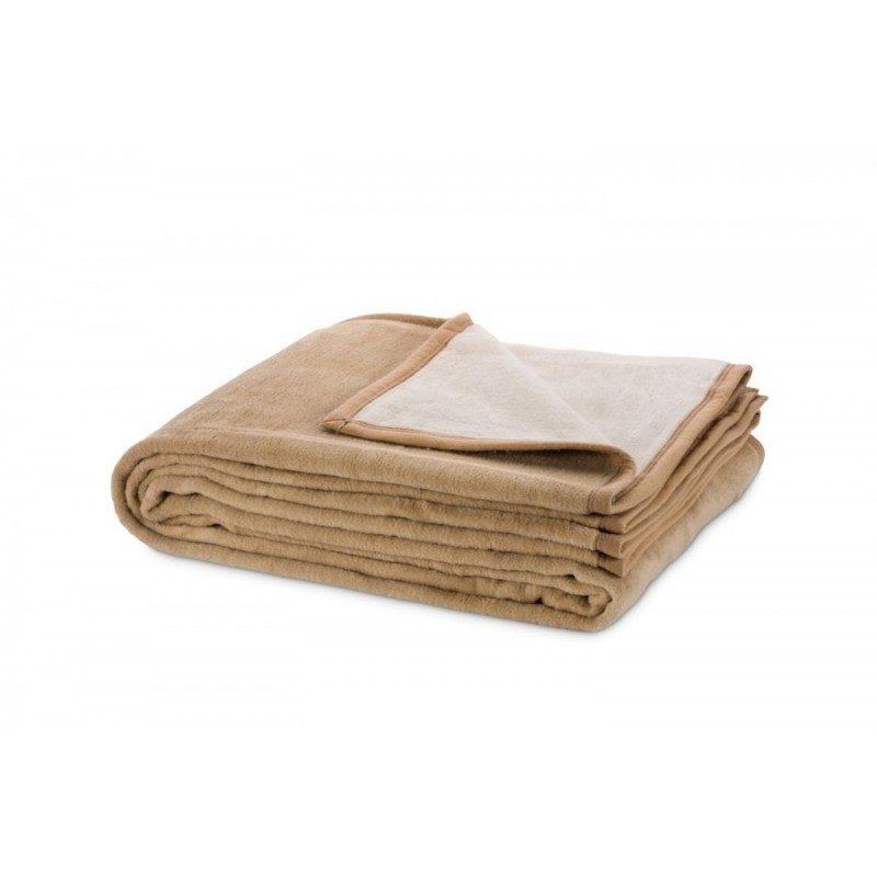 Moderni jednobojni dekorativni prekrivač s visokim procentom pamuka za izuzetnu udobnost, s ukrasnim rubom. Prekrivač dimenzija 140 x 200 cm.