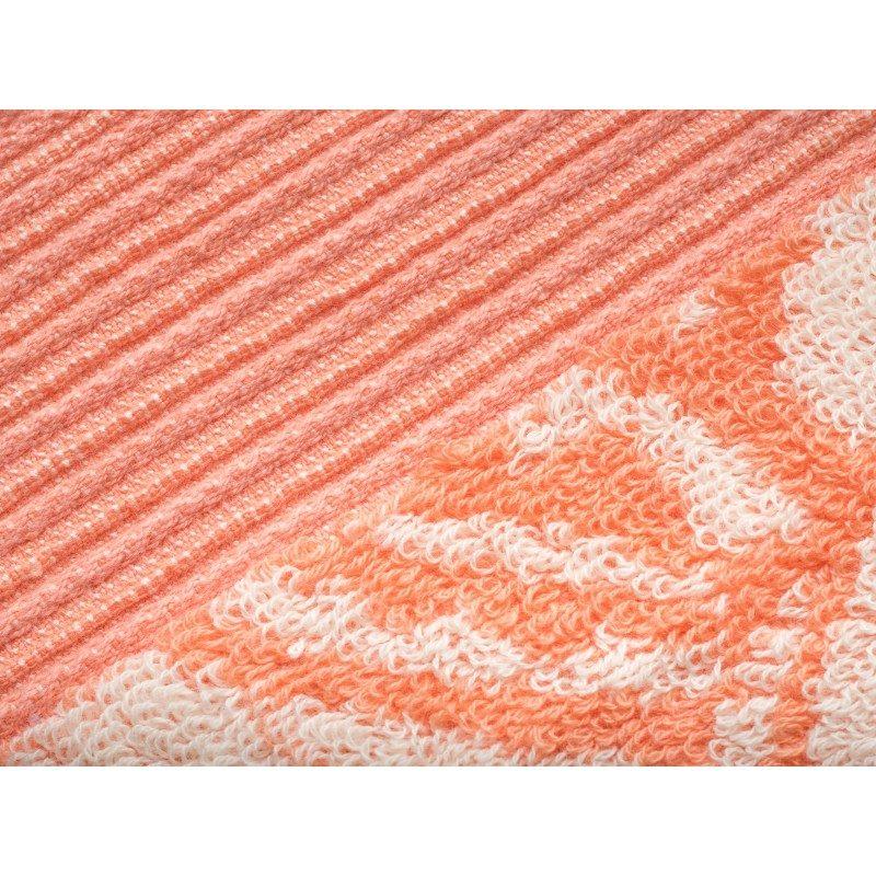 Peškir Prima J od visokokvalitetnog i mekanog pamuka. Sa motivom cvijeta i ciklama završnom ivicom. Gusto tkanje pamuka za njegu kože. Dimenzija 50x100. Koralna boja.