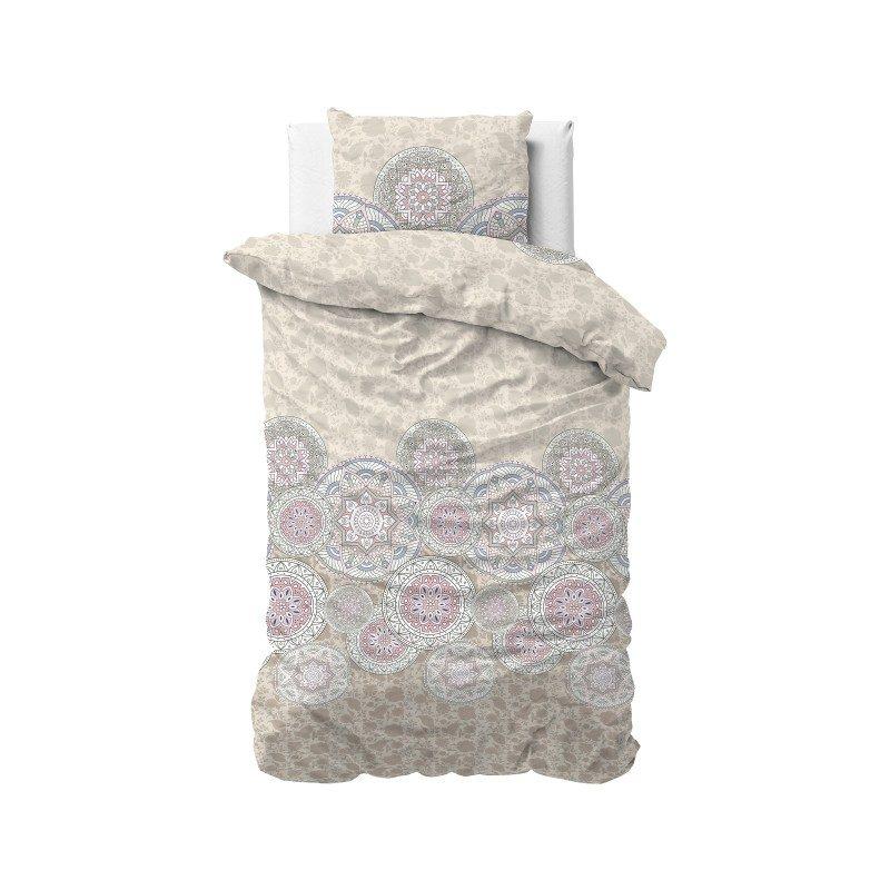 Dodir luksuza sa posteljinom Mandala. Posteljinu karakteriše moderan dizajn i preovladajuća boja breskve. Dostupan u veličinama 140 x200/50x 70 cm, 200x200/2x 50 x70 cm i  250x200/2 x 50 x70 cm. Set sadrži jorgansku navlaku i jastučnice.
