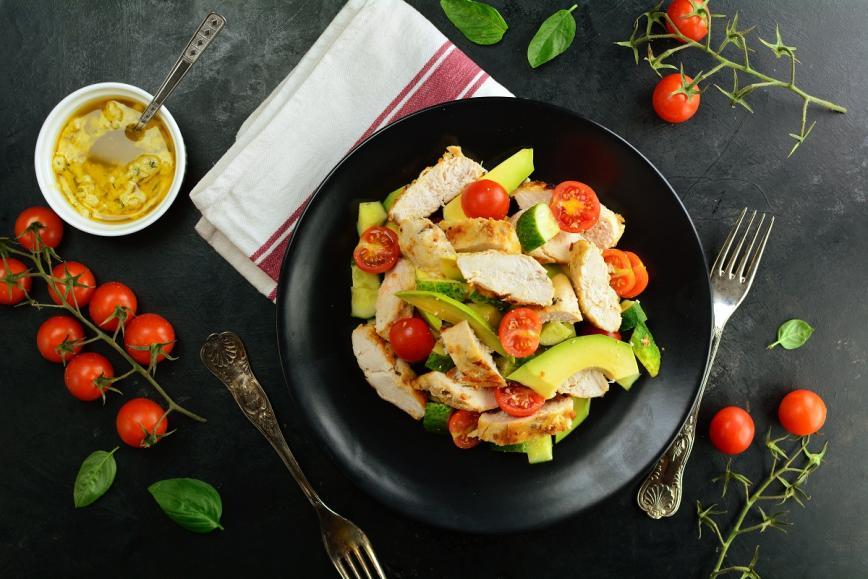 Solata s piščancem na žaru, avokadom in prelivom z limoninim sokom